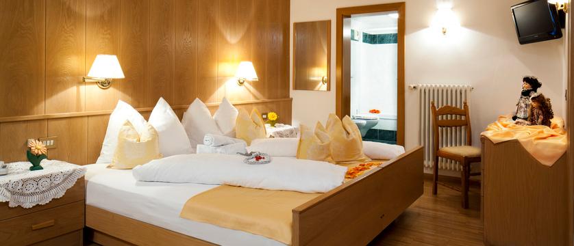 italy_dolomites_colfosco_hotel-mezdi_bedroom2.jpg